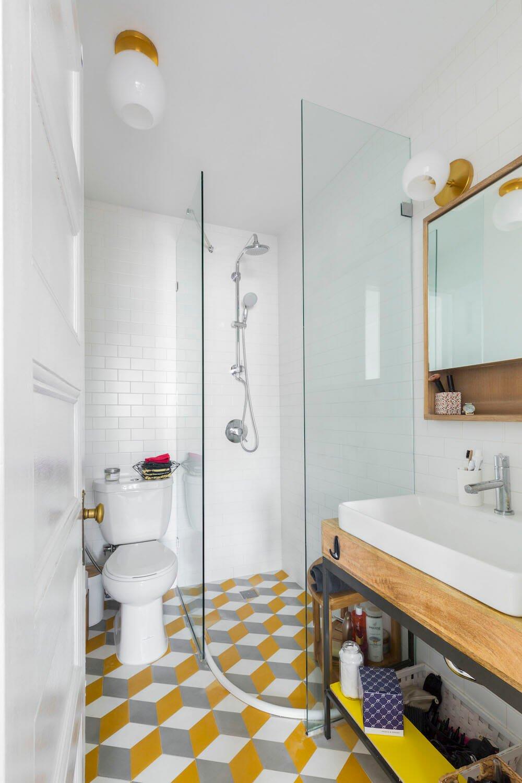 Após a conversão da banheira em chuveiro, este proprietário tinha espaço para uma pia extragrande