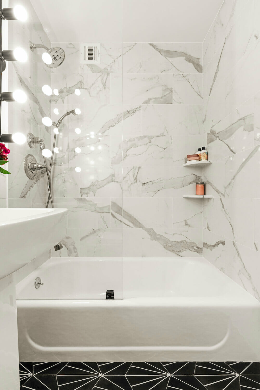Image of a bathtub with Calacatta marble walls